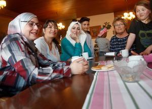 Rima Aldaghistani, Caroline Mathon, Samah Gharabli, Frena Efrem, Evabritt Boij och Julia Boij fikar på språkcaféet.