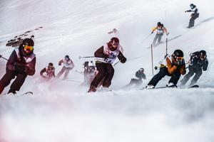 Full fart och mjöksyra nerför Skutan. Foto: Adam Klingeteg / Red Bull Content Pool
