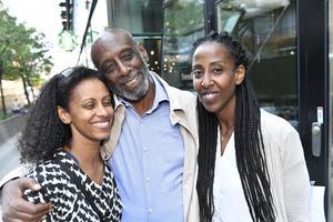 Hjärtläkaren Fikru Maru, som efter fem års fångenskap i Etiopien nu är tillbaka i Sverige. Här med döttrarna Fikerte Maru, till vänster och Emy Maru, på Regeringsgatan i Stockholm Foto: Jonas Ekströmer / TT