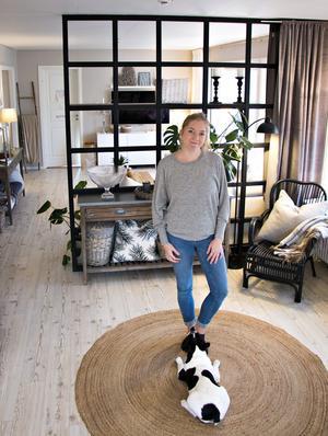 Spaljén som delar av vardagsrummet har Marléne och hennes man Pierre byggt själv byggt av vanliga träreglar som målats svarta.