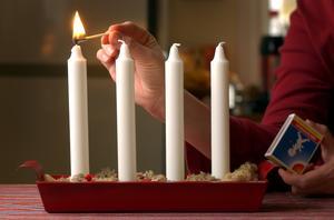– Om du har en adventsljusstake med levande ljus, tänk på att inte placera den intill lättantändligt material. Och undvik brandfarliga saker som dekoration, till exempel mossa. Det finns annat fint att dekorera med, säger Linn Johnsson.