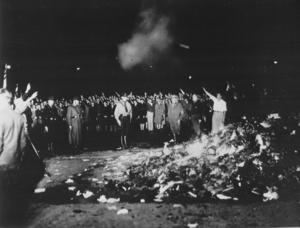 Nazistiskt bokbål i Berlin 1933. Foto: Georg Pahl