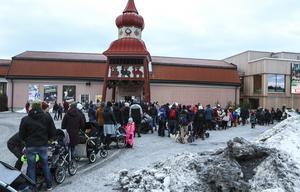 Kön ringlade lång till Jamtlis julmarknad redan vid 14-tiden på fredagen.