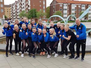 Borlänges gymnaster och ledare jublar efter att ha säkrat en plats i finalen. Foto: Privat