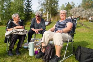 """Gunnel Eriksson, Sylvia Östergren och Margareta Thelenius från Ramnäs fikade i det gröna. """"Vi kanske ska gå in och lyssna på kändisen sen. Han börjar bli gammal han också"""", säger Margareta Thelenius och syftar på Pugh."""