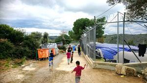 Foto:  Yvonne Perkins.                                                                                                                                    Den officiella delen  av flyktinglägret till höger och till vänster den del som kallas The jungle.