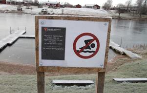 Skylten vid den populära badplatsen påminner om hur sommaren spolierades när den kraftiga algblomningen färgade Nässjön grön och badförbud utfärdades.