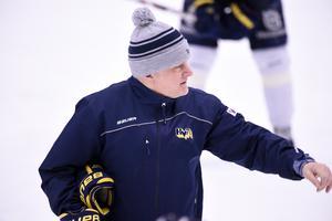 HV-tränaren Stephan Lundh under fredagsträningen i Kinnarps Arena.