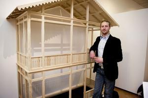 Jacob Heissenberger med sin  verandamodell som han ställde ut på examensutställningen 2012.