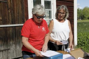 Marita Pettersson och Elisabeth Kjellin från Socialdemokraterna kunde räkna in massor av deltagare vid söndagens Alle man ut i Lockmora.