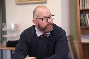 Jesper Folkesson berättar att långtidsarbetslösa och-eller nyanlända förmodligen kommer att jobba på Fritidsbanken.