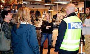 Melinda Lindberg och hennes butik mig & alice var den första i Säter som fick en genomgång av polisen Erik Gatu i hur man kan minska risken för inbrott.