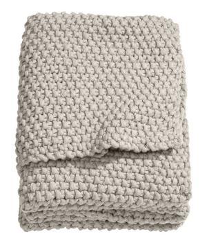 STRUKTUR. Den mosstickade filten från H&M Home kostar 699 kronor.