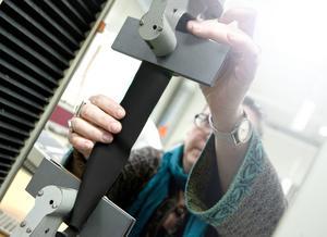 Simonetta Granello på textillaboratoriet Swerea testar töjningsegenskaperna på ett av materialen.