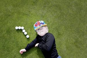 Hofors golfklubb satsar på handikappanpassning. På onsdagen fick elever från särskolan i Hofors och Sandviken prova på golf. Axel Wicksell, 7 år från Hofors, ägnade lite tid efter träningen åt att räkna golfbollar och tog sedan en paus på greenen.