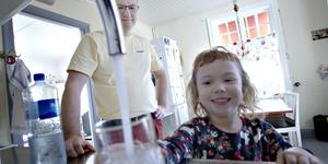 Fredrik Bäcker och hans dotter Sofia, 5 år, kan dricka vattnet från kranen igen. På fredagseftermiddagen hade vattnet fått ok-stämpel igen.