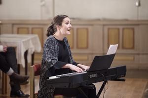 Rebecka Söderström sjöng och spelade tillsammans med Henrik Söderström.