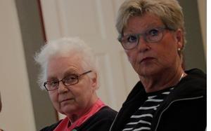 Ingeborg Drakenberg från Sköllersta hembygdsförening, till vänster, berättade för kommunledarna om allt ideellt arbete som har lagts ned vid Kånsta kvarn genom åren. Hon blev ledsen när  fastighetschefen kallade kvarnen för