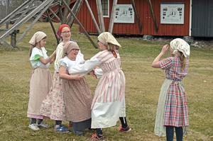 Barn från Löa by har engagerats som statister i Hyttans hemligheter.Pressfoto: Ulrika Ringvall