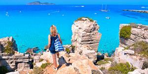 Stranden Calla Rossa på ön Favignana, Sicilien.