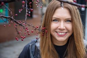 Sara tillbringar hälften av tiden hemma i Stockholm där hon bor sedan tio år tillbaka. Resten av tiden reser hon eller är i stugan norr om Dalälven.