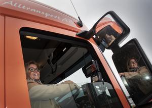 – Jag har inte ens körkort, säger kommunalråd Åsa Wiklund Lång som fick provsitta hytten i en grusupptagningsbil.