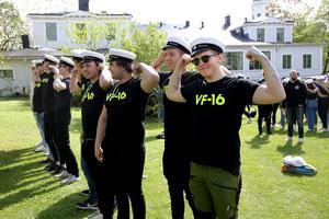David Hamrén, till höger, och klasskamraterna i VF-16 spänner musklerna.