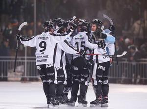 SAIK jublar borta mot Hammarby i semifinal 4. Segern på Zinkensdamm innebar 2–2 i matcher. I söndags blev SAIK klart för SM-final efter 3–2 efter förlängning. Foto: Sören Andersson / TT