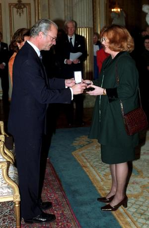 Majgull Axelsson får medaljen Litteris Et Artibus ur kung Carl Gustavs hand 2001. Bild: Fredrik Sandberg
