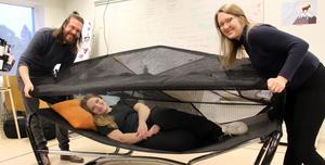 Eleverna designar på studs. Av en studsmatta kan man göra en tältsäng med sufflett, som en skyddad oas i trädgården. Mattias Persson, Klara Blix och Camilla Erikers demonstrerar.