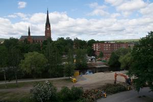 Träd kapas ner och marken förbereds för den nya bron