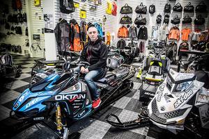 – De enda nya maskinerna vi har kvar är demonstrationsexemplaren. Och de kan vi ju inte sälja innan vintersäsongen är över. Just nu arbetar vi hårt att hitta skotrar hos handlare som inte har så mycket av snö i södra Sverige, säger Erik Larsson på Oktan i Torvalla.