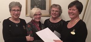 Dalafondens Marie Sjölund, Kristina Lundgren och Ulla Moberg fick dels chansen att informera om den lokala cancerfonden, dels ta emot en gåva från Rebeckalogens Elisabeth Florman. Foto: Privat