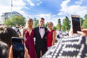 Esteteleven Wilma Öqvist (till vänster) fotograferades tillsammans med sina vänner.