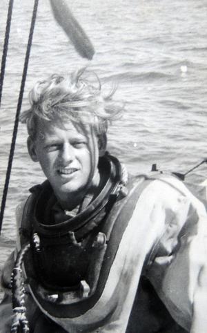 En ung Kent Sjögren iförd tungdykardräkt och redo för att gå ned till pärlmusselbankarna.