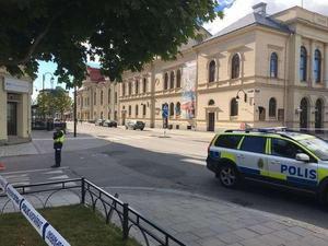 En stor del av Köpmangatan och Esplanaden spärrades av i samband med händelsen.