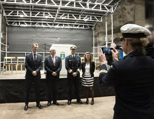 Försvarsmaktens generaldirektör Peter Sandwall, försvarsministern, konteramiral Jens Nykvist och Fortifikationsverkets generaldirektör Maria Bredberg Pettersson deltog i invigningen.