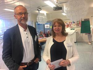 Clas Magnusson och Pia Lardéus är röstmottagare i den nya vallokalen i Rumba förskola.