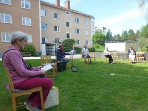 Några av deltagarna, tillsammans med Lotta Carlsson.