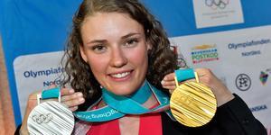 Hanna Öberg med sina två OS-medaljer. Under tisdagen tilldelades hon bragdguldet.