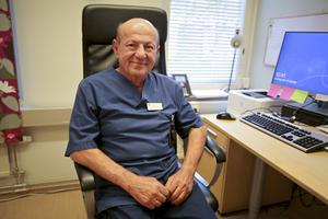 Salim Bakos utbildade sig till läkare i Irak. Redan som 21-åring började han att arbeta inom vården. 50 år senare har han inga planer på att trappa ner.
