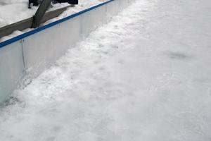Vid plusgrader och snö bildas det ny is som ger risk för sprickor i isen.