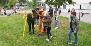 Hästen var populär och lekte mycket med barnen. Under dräkten fanns Andreas Sundström. Hästen försökte gå hinderbanan och kliva på de färgglada bollarna.
