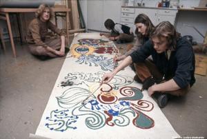 1970-tal. Före graffittiväggarna fanns ju alternativet att rulla ut en pappersrulle på ungdomsgården och måla på.  Bildkälla: Örebro stadsarkiv/okänd fotograf