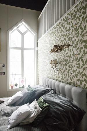 God morgon, med talgoxar på tapeten och guldänglar över sängen.