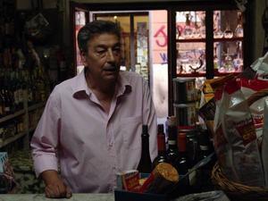 Gianni, spelad av regissören Gianni Di Gregorio, får fullt upp under några dagar i augusti.