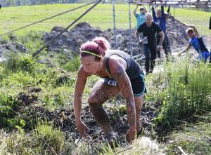 Ungefär 400 deltagare gav sig ut på den leriga banan med hinder som armgång och balansgång. Publiken verkade av någon anledning uppskatta all lera mer än vad deltagarna gjorde.