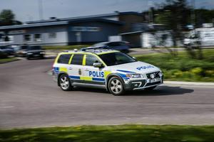 Två bilar har utsatts för stenkastning intill rondellen vid Brädgårdsgatan i Söderhamn.