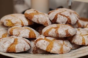 Mandel- och apelsinkakorna är lite kladdiga att hantera under bakningen, färdiggräddade ger de mersmak.