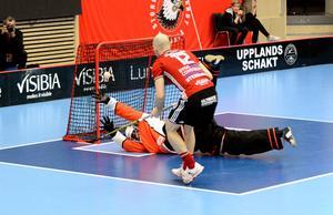 IBF Faluns Emil LIlja räddade två straffar mot Storvreta, här den andra, från Henrik Stenberg.